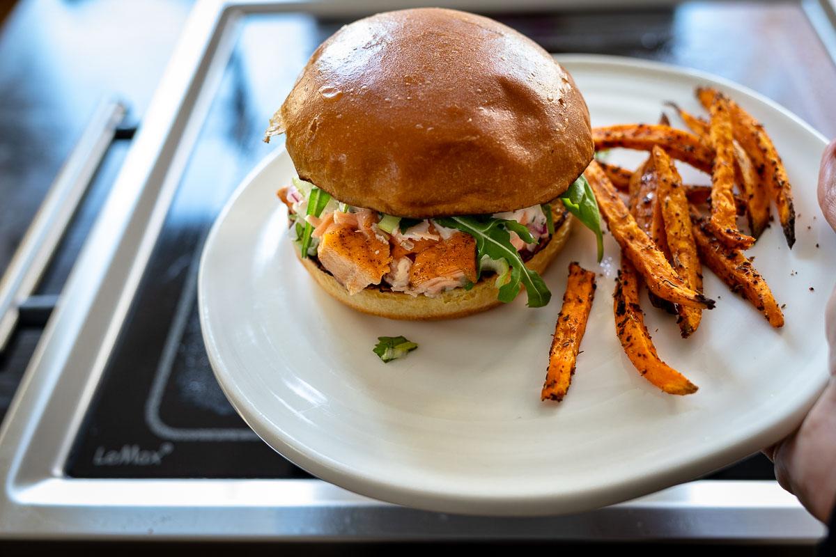 Pulled Lachs Burger mit Pommes, LeMax Grillplatte