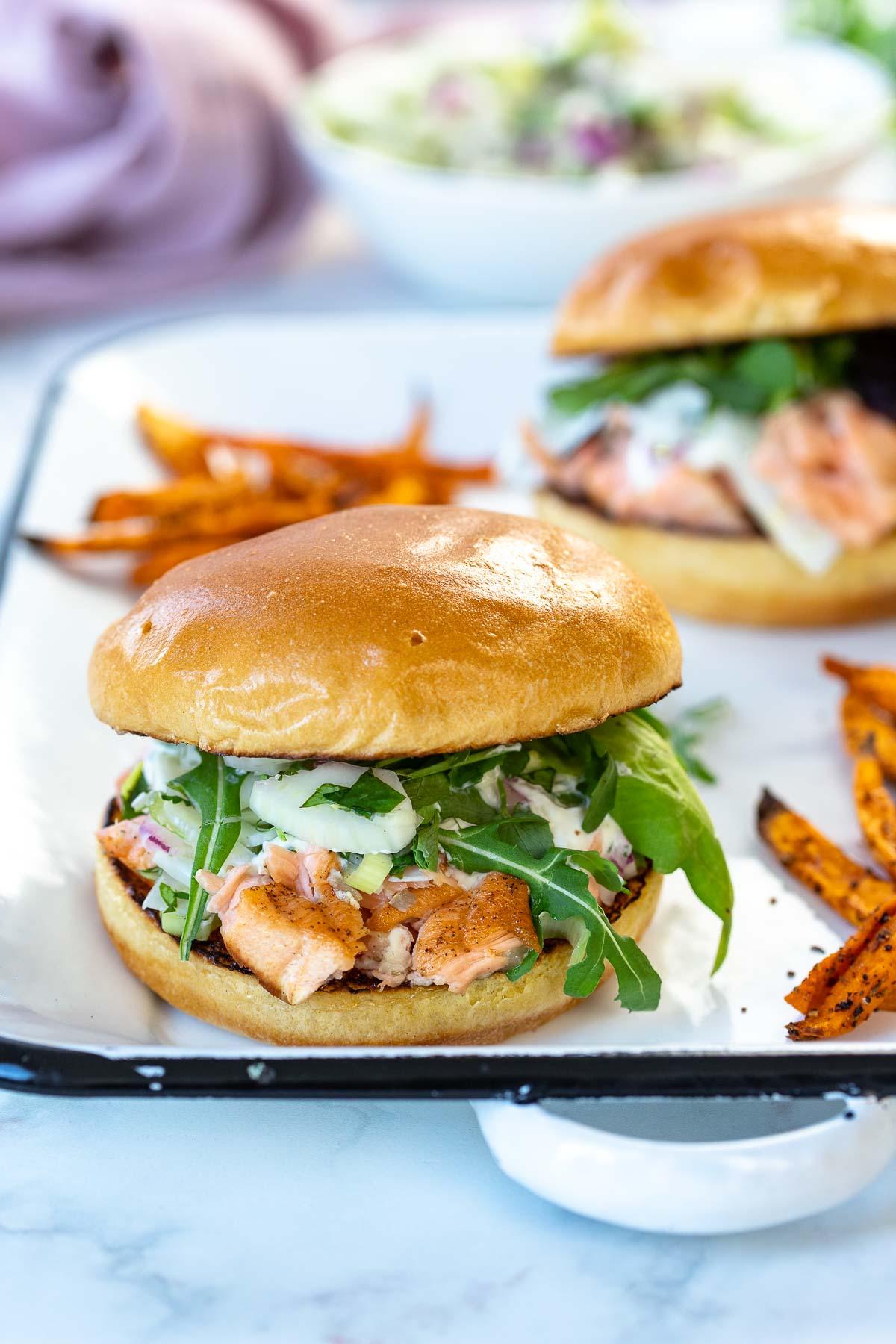 Gegrillte Pulled Lachs Burger mit Suekartoffel-Pommes-Rezept