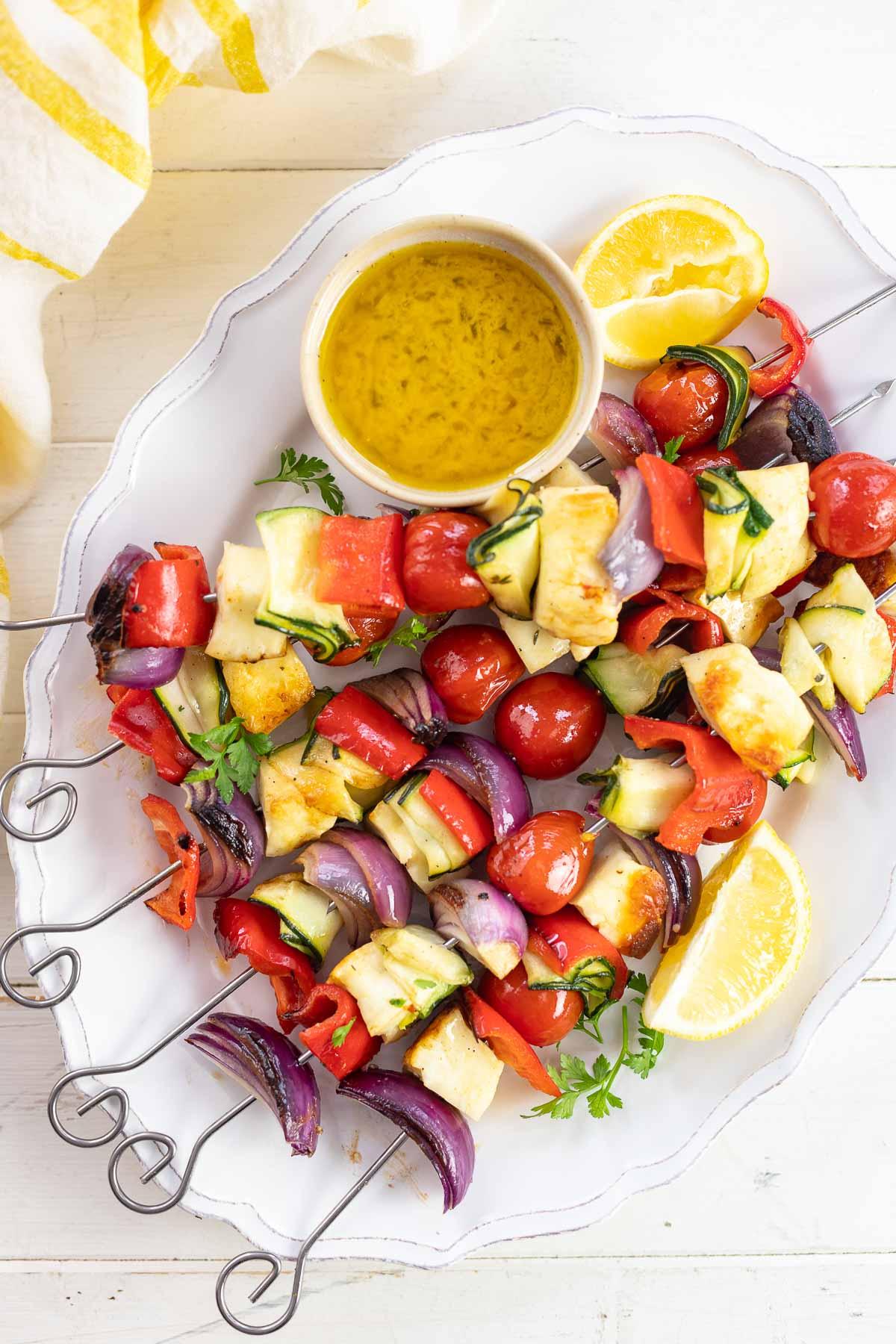 Bunte Grillspieße mit Gemüse und Halloumi