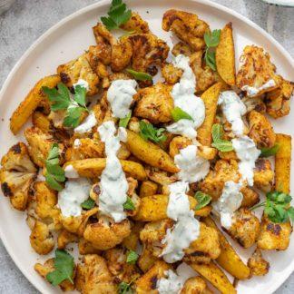Orientalischer Blumenkohl und Kartoffeln mit Ras el Hanout und Kräuter-Jogurt-Sauce