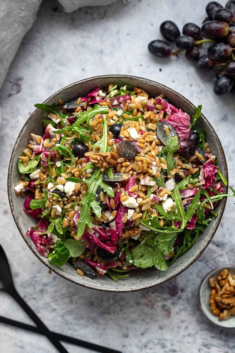Grünkern Salat mit Fetaund roten Trauben Rezept
