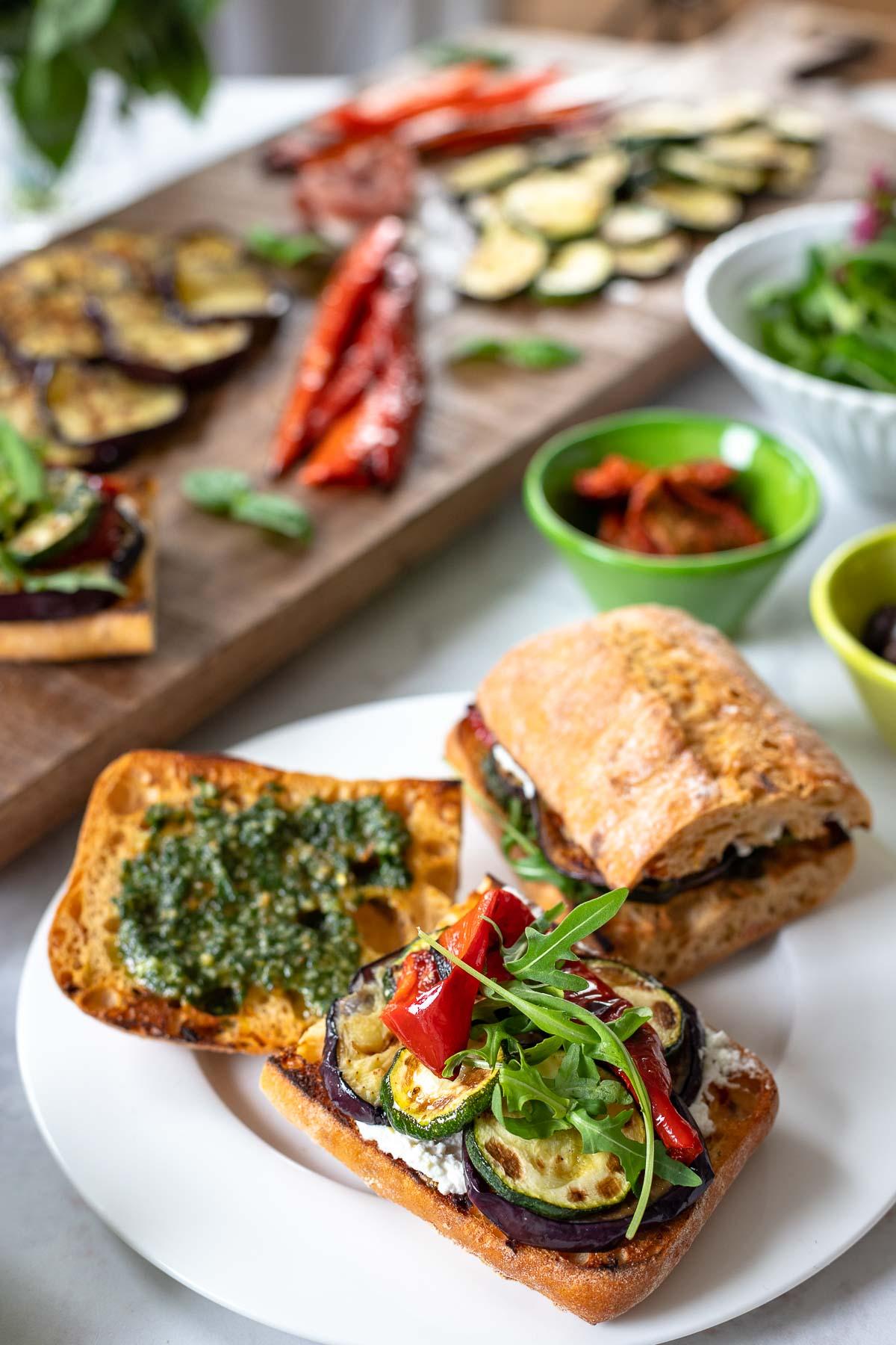 Italienisches Antipasti Sandwich mit gegrilltem Gemüse (Zucchini, Paprika, Aubergine)