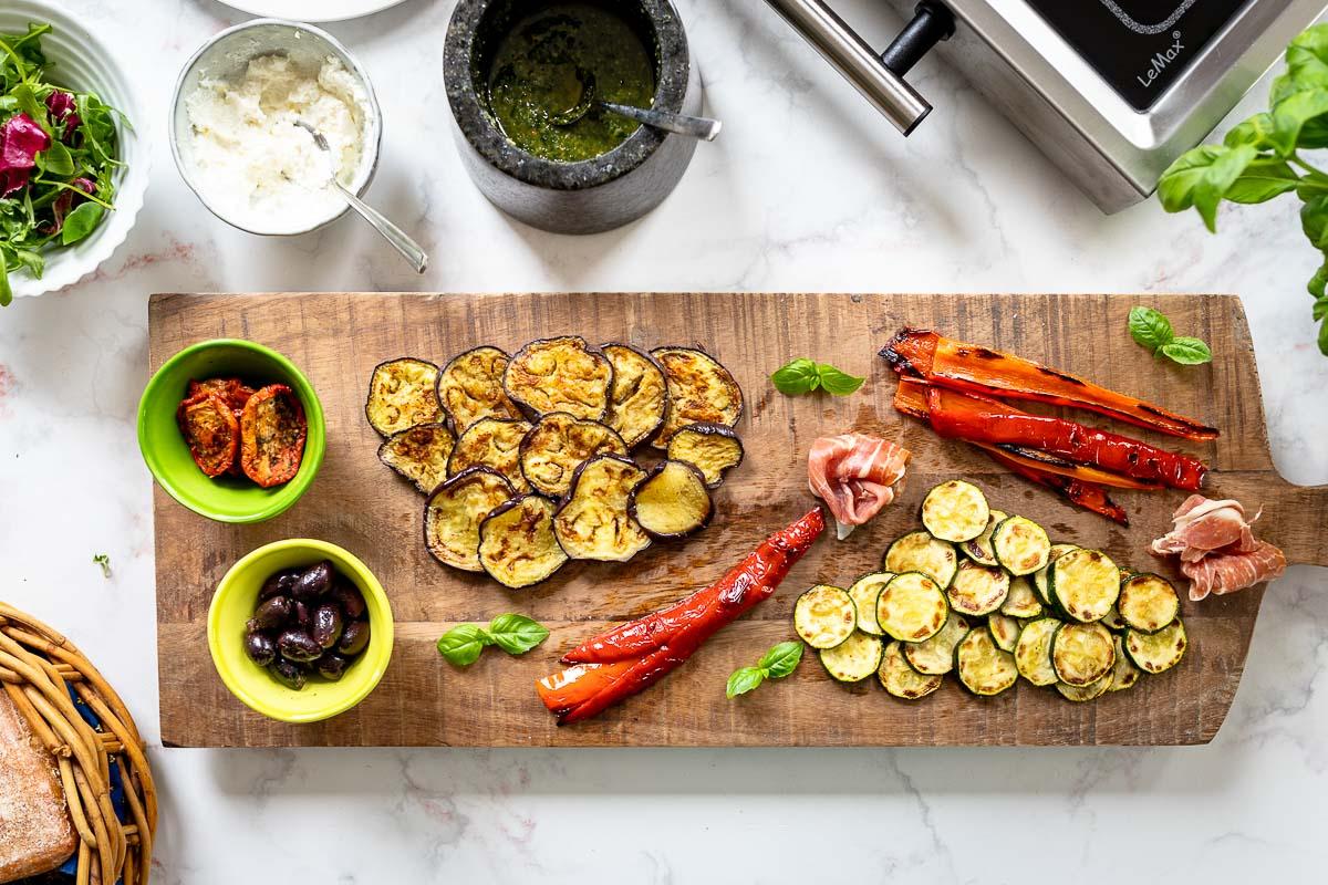 Italienisches Antipasti Sandwich mit gegrilltem Gemüse