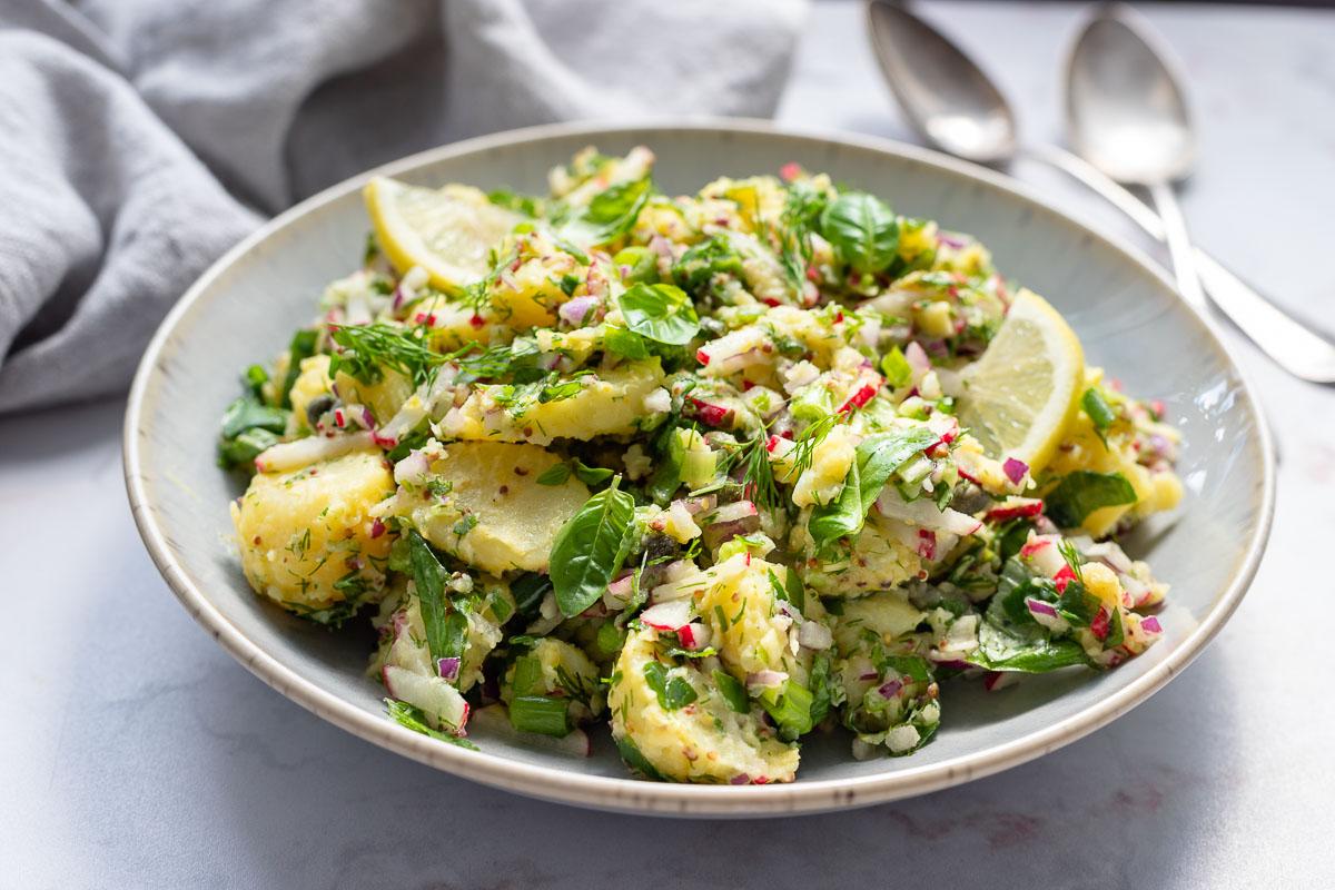 Mediterraner Kartoffelsalatmit Senf & Kapern, Radieschen, Kräuter(ohne Mayo)Rezept