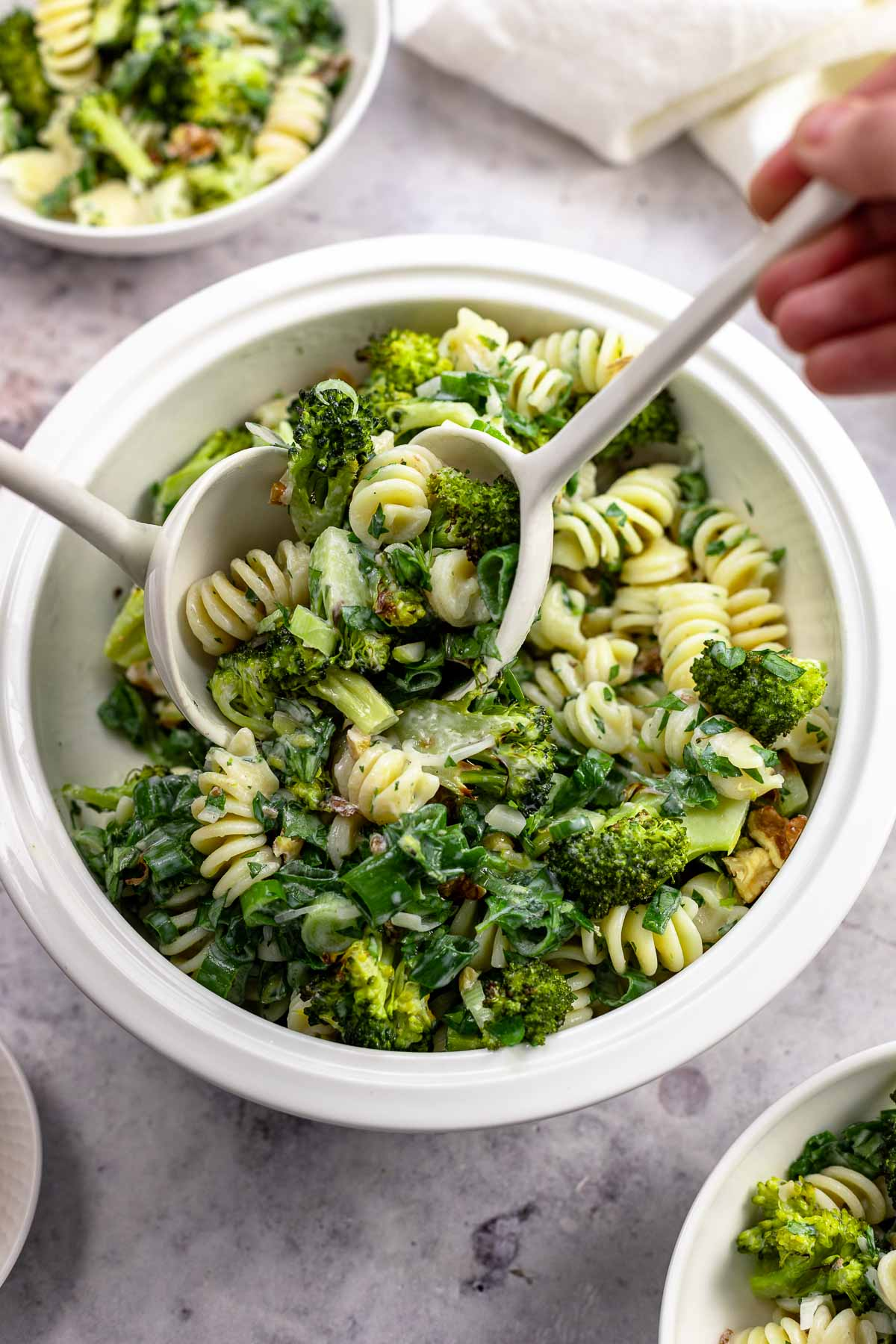 Brokkoli-Nudelsalat mit Buttermilch-Dressing