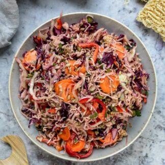 Knuspriger asiatischer Ramen-Nudelsalat Rezept mit Kohl, Karotten, Mie Nudeln