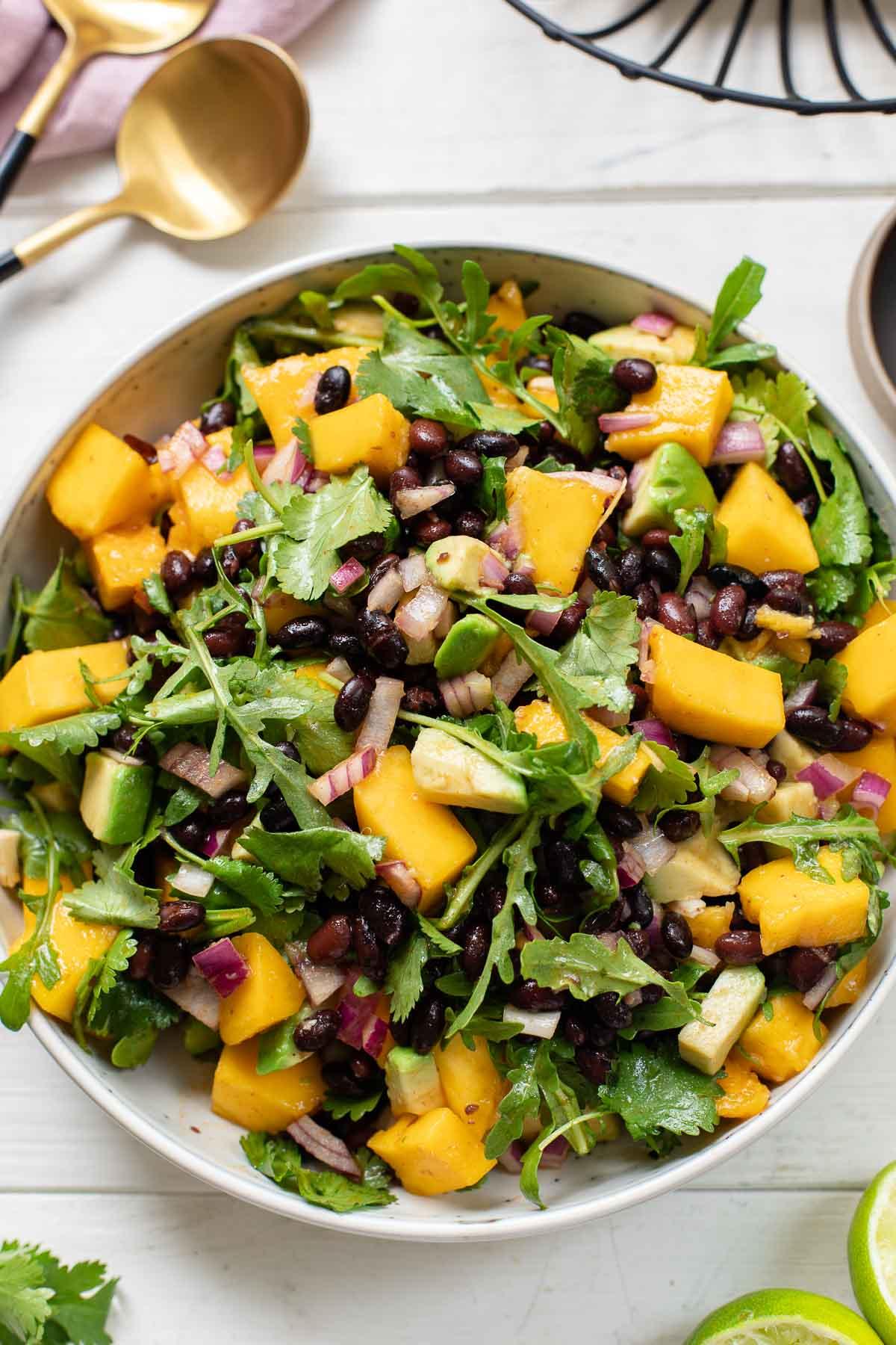 Schwarze Bohnen Salat mit Avocado und Mango
