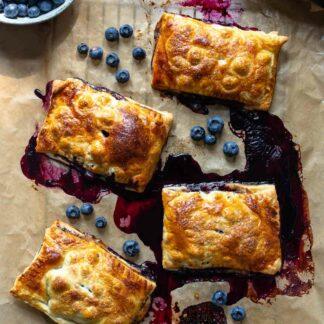 Blätterteigtaschen mit Heidelbeeren – Mini Blaubeer-Pies