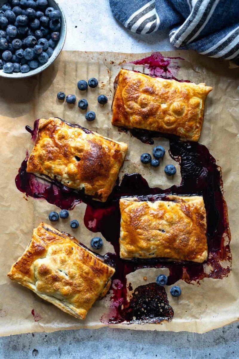 Blätterteigtaschen mit Heidelbeeren – Mini Blaubeer-Pies Rezept
