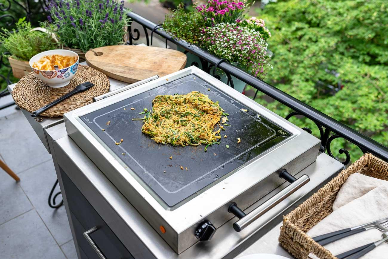 Zucchini Nudeln braten mit Erdnusmus