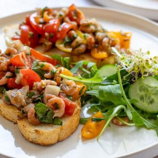 Krabben-Bruschetta mit Mtajes, Tomato, Basilikum und Kapern
