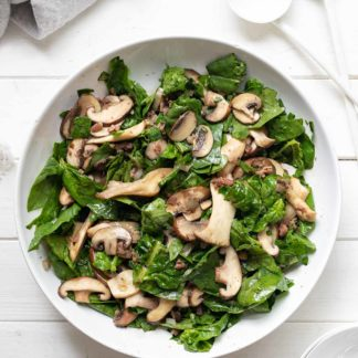 Warmer Spinatsalat mit gebratenen Pilzen
