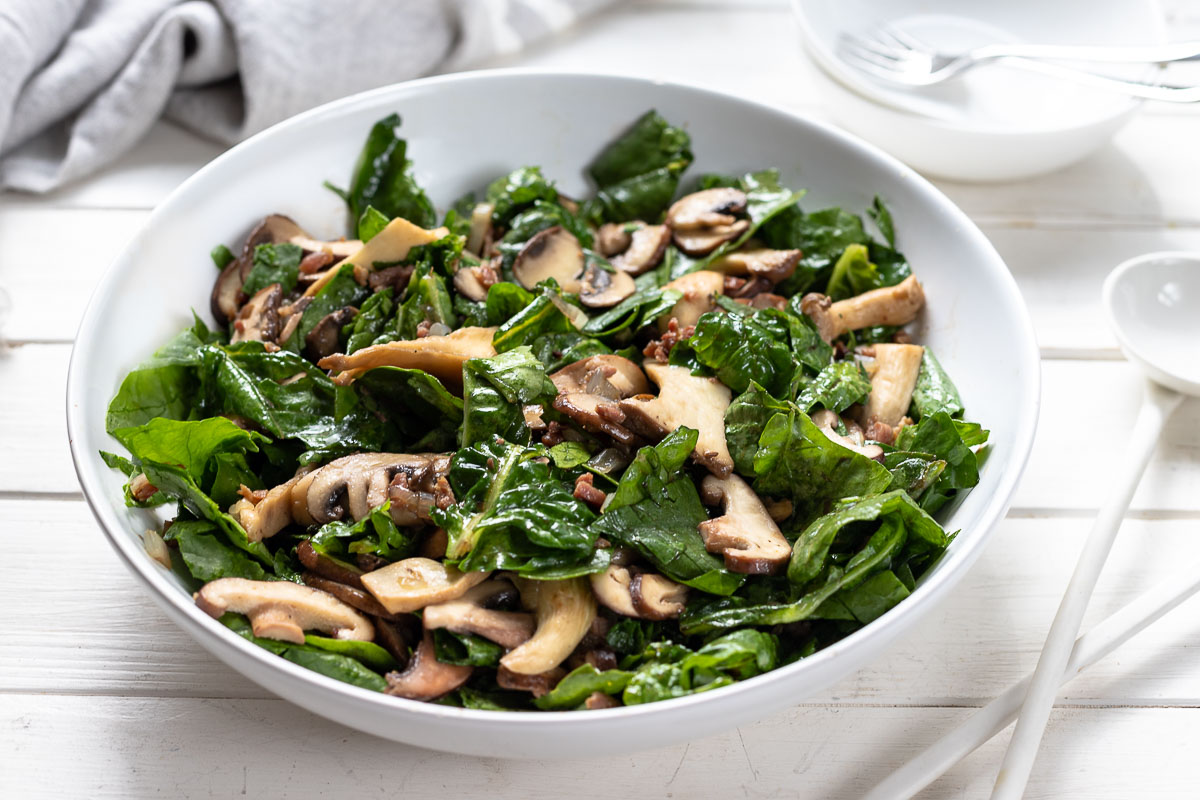 Spinatsalat mit gebratenen Pilzen