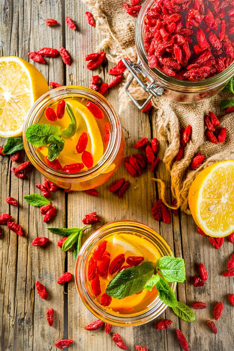 Gesunde Beeren mit Goji Zitrone Tee