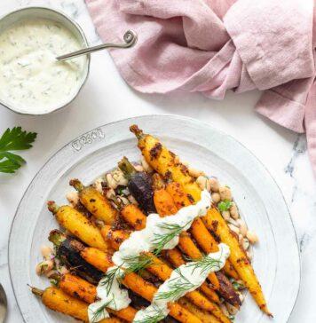 Geröstete Möhren mit Harissa, weißen Bohnen und Joghurt Sauce Rezept