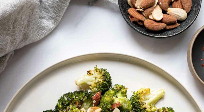 Gerösteter Brokkoli mit Zitrone, Parmesan und Mandeln Rezept