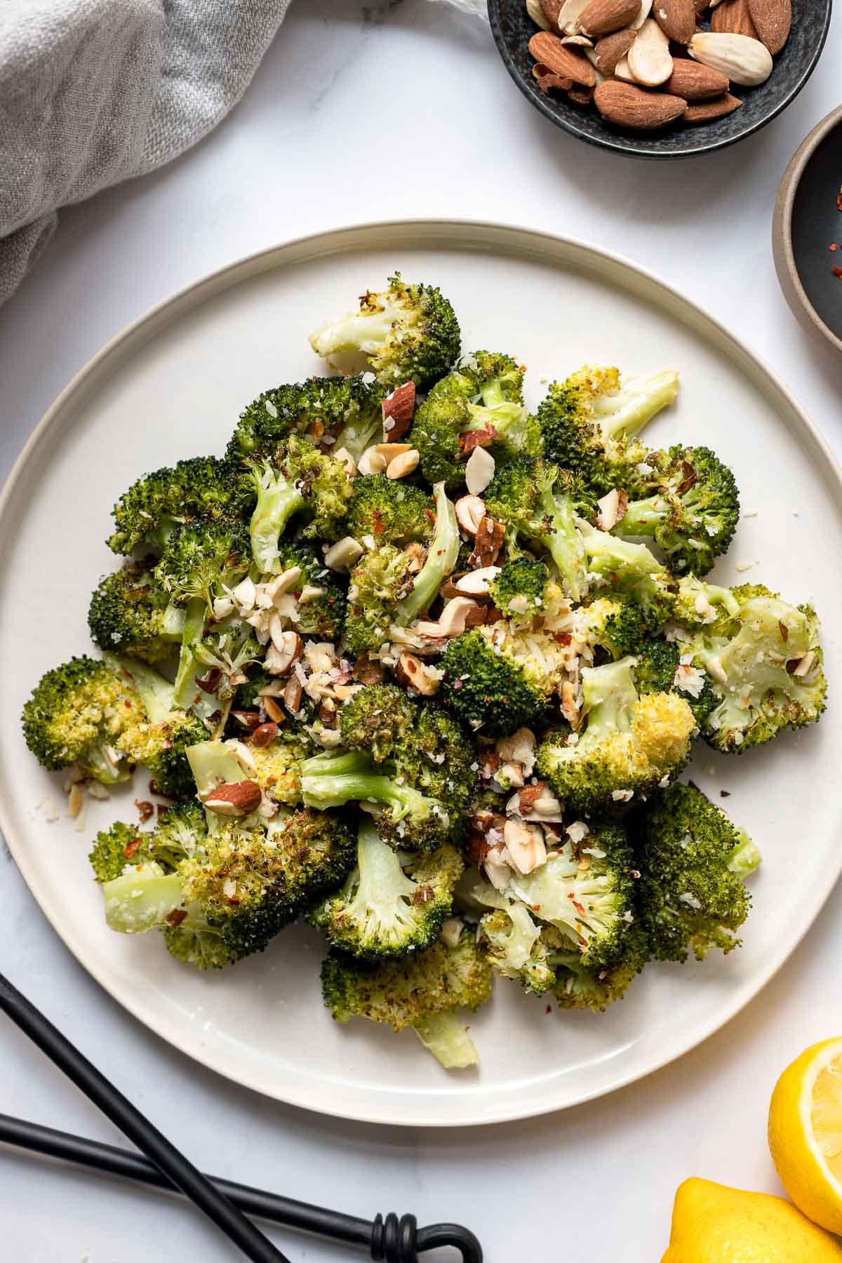 Gerösteter Brokkoli mit Zitrone, Parmesan und Mandeln   Elle Republic