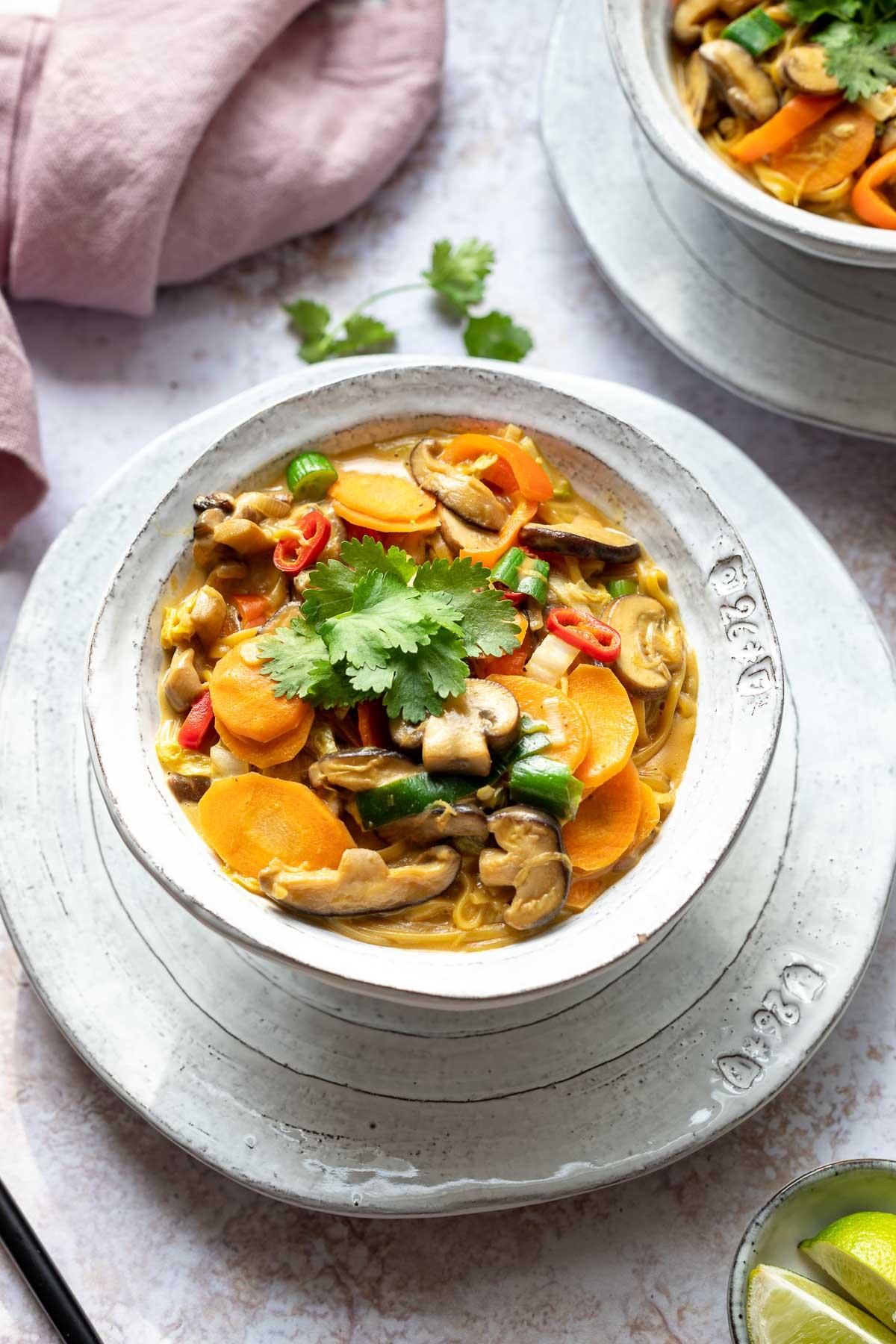 Thai Erdnuss-Nudeln mit Gemüse | Rezept | Elle Republic